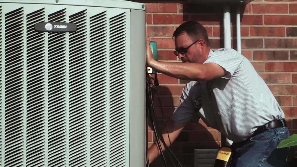 //www.etrhvac.com/wp-content/uploads/2020/02/man-servicing-ac.jpg